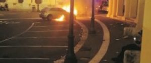 L'auto in fiamme in piazza Antonello