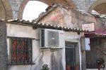 Cucine che di notte diventano stanze da letto: ecco come si vive nelle baracche di Messina