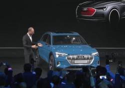 Come Franklin con la bottiglia, «Audi cambierà il mondo dell'auto elettrica» Il Ceo della casa si Ingolstadt Bram Schot presenta il primo Suv totalmente elettrico della casa, citando Franklin - Corriere Tv