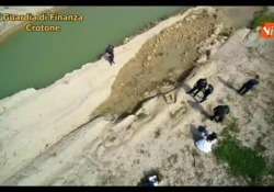 La nuova scoperta archeologica grazie ai finanzieri che avevano notato alcune persone che si aggiravano sul letto in secca del fiume
