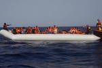 Migranti, barcone e gommone avvistati a Taormina: fermato un russo