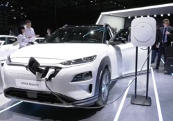 Il suv compatto del marchio, disponibile da giugno, ha un'autonomia di 300 km. Ma con l'upgrade della batteria si arriva a 482 km. Al Salone anche la Nexo, il nuovo suv a idrogeno (sostituisce la ix35) e la quarta generazione del grande suv