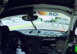 La pista di Monza corre incontro alla telecamera a una velocità mozzafiato: la telecamera è fissata all'interno della «nostra» Porsche. La numero 70. Al volante, il giornalista Maurizio Spinali