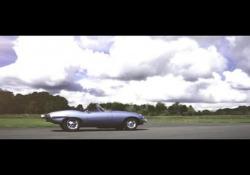 Jaguar: la E-type elettrica Dopo il successo del concept Zero, comincia la conversione in serie dei modelli storici. - Corriere Tv