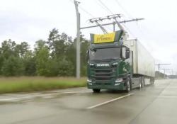 L'autostrada elettrica per i camion Sei chilometri della Brebemi, che collega Brescia e Milano, sperimentano la circolazione dei mezzi pesanti come fossero filobus - Corriere Tv