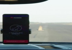 Il computer di bordo dell'auto è sostituito dallo smartphone. Che vede, valuta e decide il da farsi. La prova in pista è andata bene