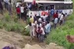 India: autobus precipita in una gola, 45 morti