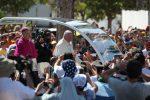 A bordo della papamobile, le foto di Francesco accolto dai fedeli a Palermo