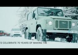 Un profilo del fuoristrada lungo 250 metri è stato tracciato a 2.700 metri sulle Alpi francesi dallo snow artist Simon Beck : l'evento apre le celebrazioni del 70° anniversario della Land Rover