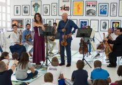La violinista Laura Gorna: «Ragazzi, venite a teatro ad ascoltare la musica dal vivo»