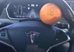 Uno dei video che spiegano come ingannare il sistema di guida assistita delle Tesla