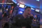 Tiziano Ferro al karaoke: canta, ma nessuno lo riconosce