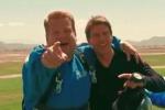 Tom Cruise sfida James Corden: il lancio con il paracadute è da film