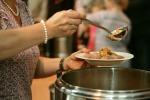 Sono 2,7 milioni le persone che in Italia nell'ultimo anno sono state costrette a chiedere aiuto per mangiare nelle mense dei poveri o con pacchi alimentari (fonte: Pixabay)