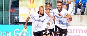Arcidiacono festeggiato dopo l'illusorio 2-1 per il Messina