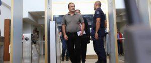 Il sindaco di Riace, Mimmo Lucano, arriva al tribunale per l'interrogatorio di garanzia a Locri, 4 ottobre 2018.ANSA/Angilletta Albano