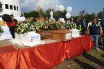 """A Gizzeria l'ultimo saluto a Stefania, Christian e Nicolò. Il vescovo: """"La Calabria non vuole piangere più"""""""