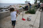 Porte, tavoli e spazzatura: a Palermo i cittadini ripuliscono il lungomare