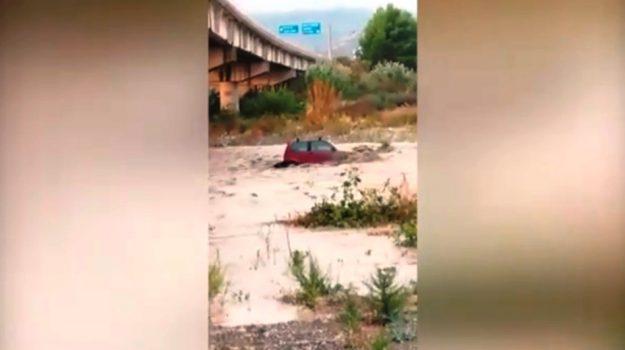 Rocca Imperiale, la macchina trascinata dal torrente: automobilista vivo per miracolo