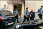 Segregata e picchiata a Vibo, arrestato il compagno e i suoi fratelli: l'uscita dalla caserma dei carabinieri