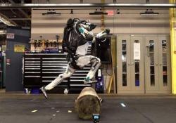 L'umanoide di Boston Dynamics salta gli ostacoli senza problemi