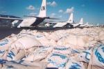 Sacchi contenenti cibo, farmaci e vestiti del World Food Program all'aeroporto di Lokichokio, in Kenya (fonte: http://www.state.gov/r/pa/ei/pix/b/37527.htm)