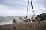 Naufragio di una barca a vela a Catanzaro Lido, si cercano eventuali dispersi