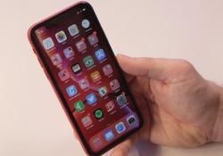 Apple ritorna al colore con un modello che ha sei colori tra cui scegliere e tanti punti in comune con i più costosi iPhone XS e XS Max