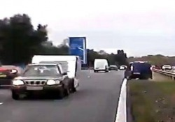 A grande velocità lungo l'autostrada M40che collega Londra a Birmingham