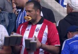 La telecamera lo ha intercettato sugli spalti dell'Esprit Arena durante il match tra Fortuna Düsseldorf e Schalke