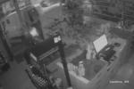 Le auto lanciate contro le vetrine per svaligiare i negozi nel Ragusano: ecco le immagini