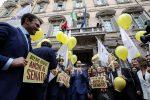 Taglio ai vitalizi pure al Senato, il M5s festeggia in piazza