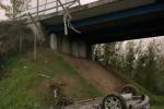 Auto precipita da cavalcavia su A13, conducente solo ferito