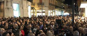 Negozio in fiamme, la reazione di Reggio: in centinaia in strada per dire no alla 'ndrangheta