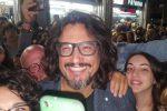 Alessandro Borghese arriva a Palermo: selfie con i fan e bagno di folla in via Parlatore