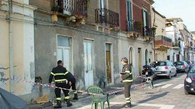roccalumera cade dal balcone ferita, Messina, Sicilia, Cronaca
