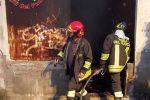 Incendio in un capannone a Crotone, il magazzino è andato distrutto
