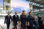 Alitalia, hostess e steward si rifanno il look: Alberta Ferretti firma le nuove divise