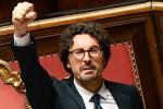 """Il decreto su Genova è legge, bagarre in aula e polemica per il """"pugno chiuso"""" di Toninelli"""