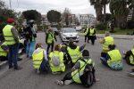 """Manifestazione dei """"giubbini gialli"""" in Francia, auto su manifestanti: un morto"""