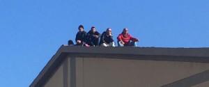 Corigliano Rossano, gli operai del verde pubblico in protesta sui tetti della scuola