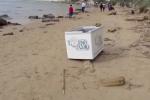 Frigoriferi e sporcizia sulla spiaggia della Scala dei Turchi di Agrigento: il video