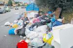 Rifiuti a Messina, emergenza senza fine: in giro solo due mezzi per svuotare i cassonetti