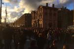 """Marcia bianca"" dopo i crolli di Marsiglia, una parte di balcone si stacca e colpisce due manifestanti"