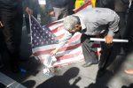 Iran, migliaia di manifestanti in piazza contro gli Usa: bruciata bandiera americana