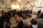 Strage di Casteldaccia, mazzi di fiori e striscioni alla camera ardente delle 9 vittime