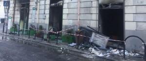 Esplosione in pieno centro a Reggio, distrutto un negozio: c'è l'ombra del racket