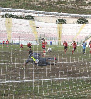 Marone respinge il rigore di Petrilli (foto Rocco Papandrea)