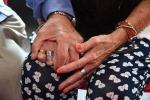 Due anziani si tengono per mano