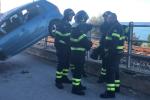 Auto ribaltata sui binari a Santo Stefano Camastra: ecco le immagini